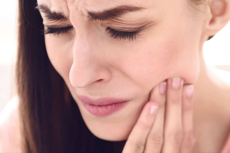 Donna soffre dolori ai denti del giudizio