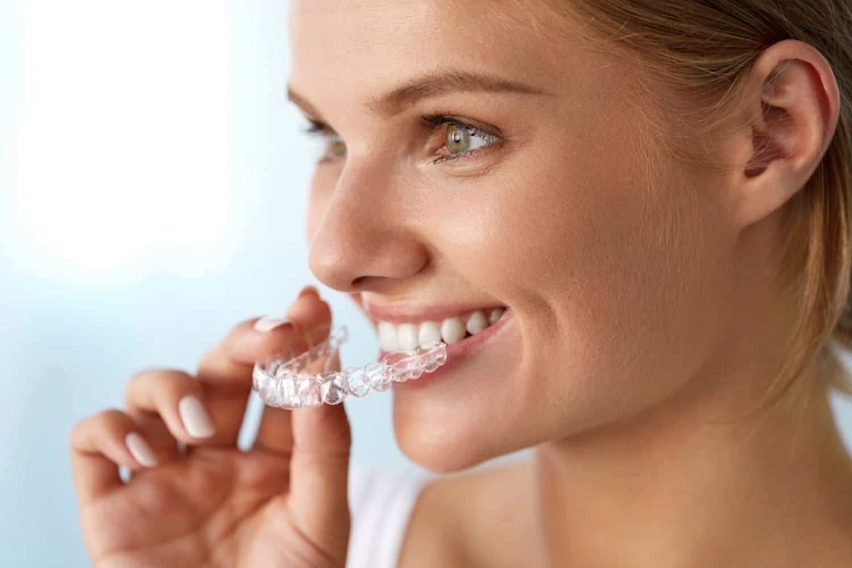 Ragazza sorridente appareccio invisalign ortodonzia invisibile